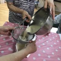 小麦粉・砂糖を混ぜ合わせる。