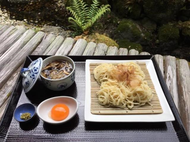 「山の麺処」縁側とお食事